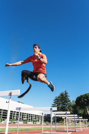 Gehandicapte man atleet training met beenprothese. Paralympische Sport Concept.