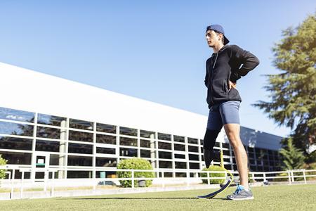 Portret van gehandicapte man atleet met beenprothese. Paralympisch sportconcept.
