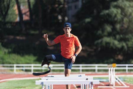 Entrenamiento de atleta deshabilitado hombre con prótesis de pierna. Concepto Deportivo Paralímpico.