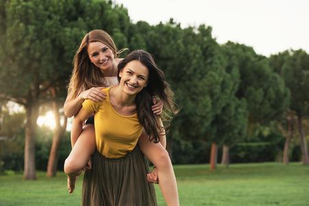 Hermosas mujeres se divierten en el parque. Amigos y concepto de verano. Foto de archivo - 83585000