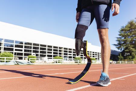 Sluit gehandicapte mensenatleet met beenprothese weg. Stockfoto