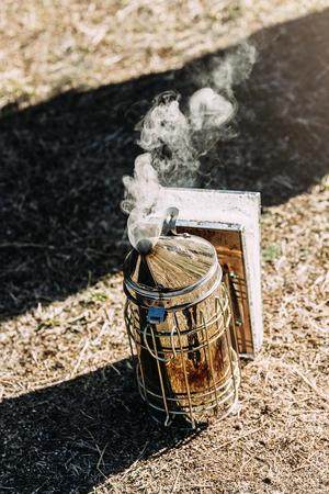 Fumeur pour recueillir le miel dans l & # 39 ; abeille Banque d'images - 91217898