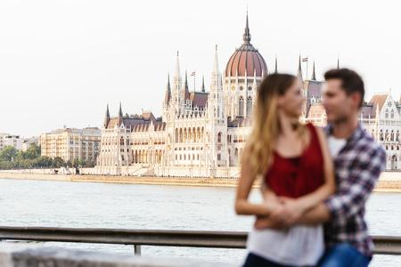 Giovani coppie amorose che abbracciano nella città di Budapest. Messa a fuoco in background. Giovane concetto di amore.