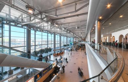 MOSCOWRUSSIA - JUIN 2014; Hall Intérieur de l'aéroport de Domodedovo à Moscou. l'aéroport de Domodedovo - la plus grande et moderne aéroport de Russie