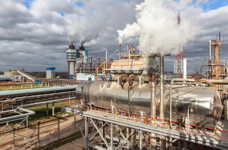 amoniaco: Fábrica de productos químicos para la producción de amoníaco y nitrógeno en la fertilización durante el día. Foto de archivo