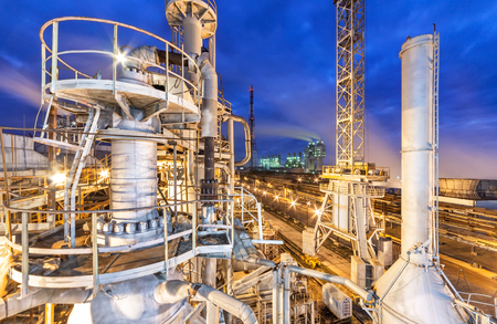 Chemical plant for production of ammonia and nitrogen fertilization on night time. Foto de archivo
