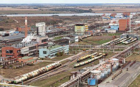 amoníaco: Fábrica de productos químicos para la producción de ácidos y amoniaco. Vista superior. El ferrocarril con trenes de mercancías