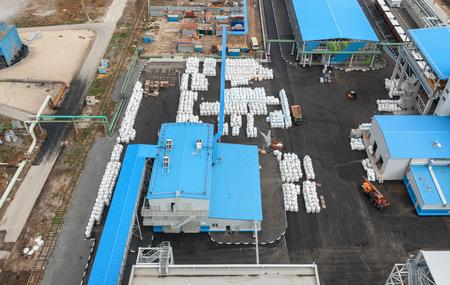 amoníaco: Fábrica de productos químicos para la producción de amoníaco y nitrógeno en la fertilización durante el día. área abierta para los productos terminados. Vista superior. Se centran en el centro de la imagen Foto de archivo