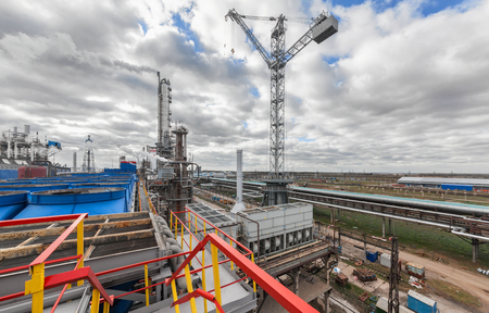 amoníaco: Fábrica de productos químicos para la producción de amoníaco y nitrógeno en la fertilización durante el día. Grúa gigante en la planta