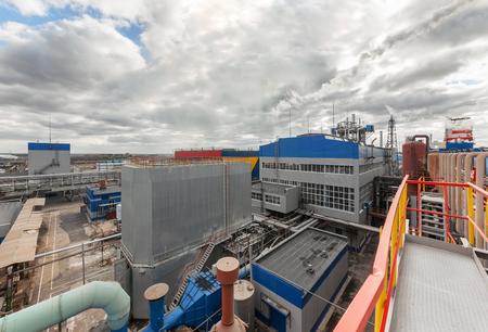 amoníaco: Fábrica de productos químicos para la producción de amoníaco y nitrógeno en la fertilización durante el día. Foto de archivo