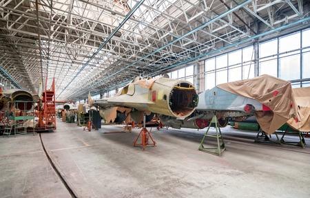 軍用機 - RSK ミグのモスクワ - 2011 年 6 月: 航空工場。ロシアの戦闘機のアセンブリ。コックピットに焦点を当てる