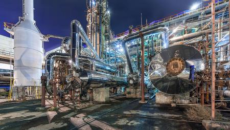 Fábrica de productos químicos para la producción de amoníaco y nitrógeno de la fertilización en la noche. Foto de archivo