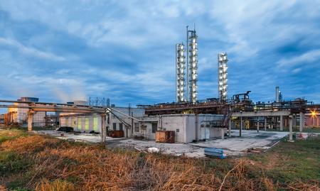 amoniaco: Fábrica de productos químicos para la producción de amoníaco y nitrógeno de la fertilización en la noche.