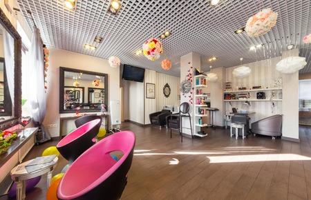 MOSCÚ - ABRIL 2015: Interior de belleza de lujo salón de Philosofiya Stilya. La sala principal Editorial