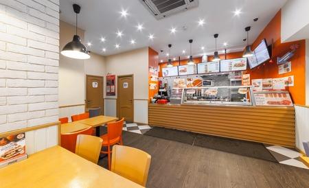 モスクワロシア - 2014 年 12 月。カフェ ファーストフード - GlowSubs サンドイッチします。レジとメニューが注文を発行スタンド