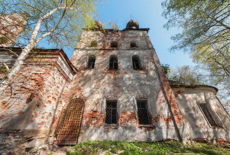puertas de hierro: Cuadr�ngulo abandon� ruso templo con antiguas puertas y ventanas de hierro Foto de archivo