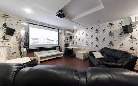 モスクワ - 2014 年 7 月: 水ギセルと anticafe「メロー イエロー」のインテリア。黒革のソファと映画の部屋