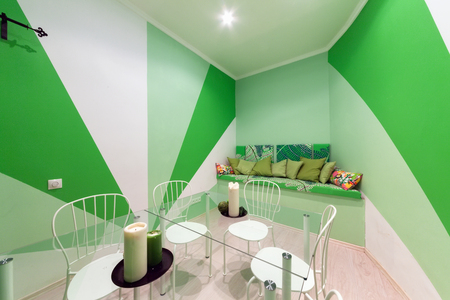 """Moscou - juillet 2014: Intérieur du narguilé et anticafe """"MELLOW-YELLOW"""". Chambre verte avec canapé et table en verre"""