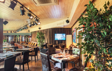 75216057 - MOSCÚ - AGOSTO 2014  El interior es lujoso y elegante  restaurante