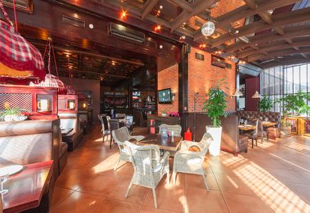 83514598 - MOSCÚ - AGOSTO DE 2014  Interior de un lujoso restaurante bar  bar con salón de banquetes y cafetería -