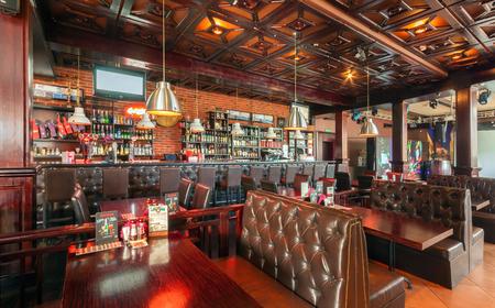 83514603 - MOSCÚ - AGOSTO DE 2014  Interior de un restaurante de lujo disco  bar con un salón de banquetes y cafetería -