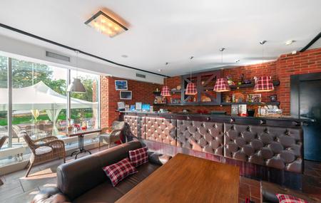 83514606 - MOSCÚ - AGOSTO DE 2014  Interior de un lujoso restaurante bar  bar con salón de banquetes y cafetería -