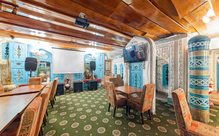 MOSCOW - AUGUST 2014: Deluxe interior karaoke bar - VINYL. The hall is decorated in oriental, Arabic style Редакционное