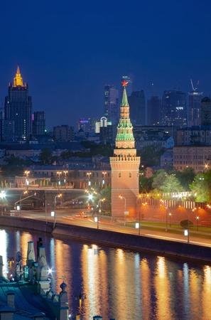View of Moscow at night of the Kremlin Vodovzvodnaya Tower, the Kremlin embankment and Moskva river Stockfoto
