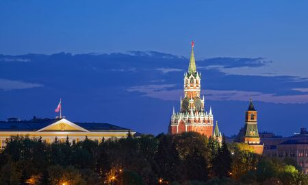 View of the Moscow Kremlin. The Spasskaya Tower with Kremlin chimes at dusk Zdjęcie Seryjne