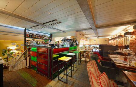 """MOSCA - OTTOBRE 2014: L'interno del ristorante di cucina dell'Europa orientale """"Spices & Joy"""". Piccolo bar in vetro colorato nell'area lounge Editoriali"""