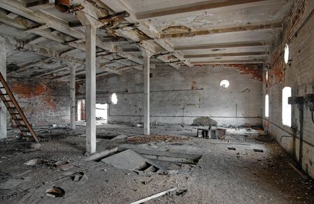 The interior of an abandoned industrial building Zdjęcie Seryjne - 140671038