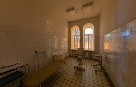 Abandoned gynaecological consulting room in an old hospital Zdjęcie Seryjne - 140671149