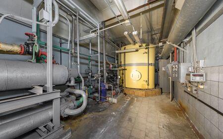 Yellow tank neutralizer in the workshop of a closed waste incinerator plant. Zdjęcie Seryjne - 140671180