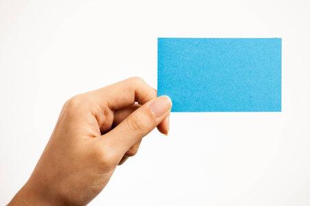 Carte vierge, carte jeune femme tenant qui peut être remplacer par tout ce que vous voulez, carte de visite etc .. signe tirer sur fond blanc isolé Banque d'images