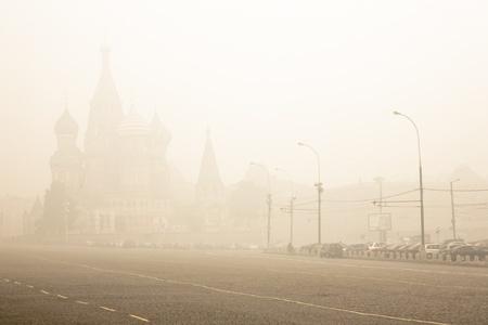 turba: La Plaza Roja en el humo del fuego turberas Foto de archivo