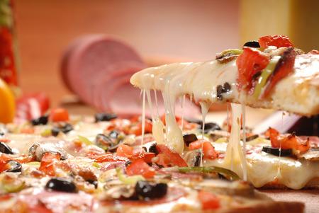 Tranche de pizza chaude délicieuse tomate sur fond blanc Banque d'images