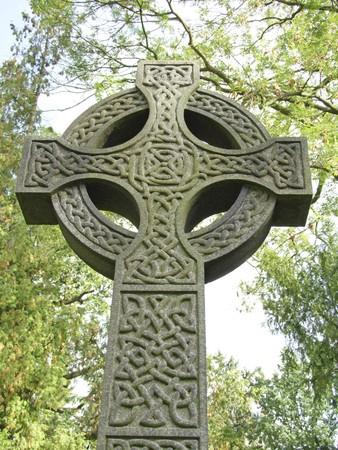 croce celtica: Croce celtica come pietra tombale su un cimitero