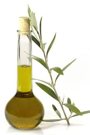 aceite de oliva: Aceite de oliva extra nativo en una botella con la rama de olivo