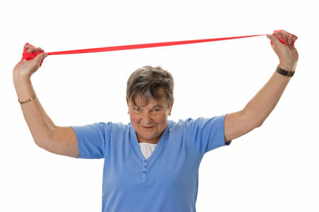 rubberband: Mujer mayor que ejercita con banda de goma - aislado