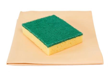 fregando: Fregar esponja y pa�o de cuero en el fondo blanco