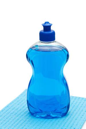 lavar platos: Lavaplatos detergente para lavar platos con pa�o sobre fondo blanco