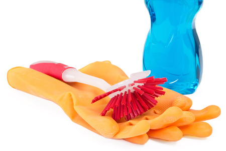lavar platos: Cepillo de lavado de vajilla con guantes de goma y detergente sobre blanco