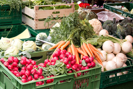 campesinas: Verduras frescas en cajas en un mercado de agricultores Foto de archivo