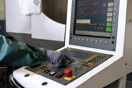 pult: Mano sul pannello di controllo di una macchina programmabile a controllo numerico macinazione del computer