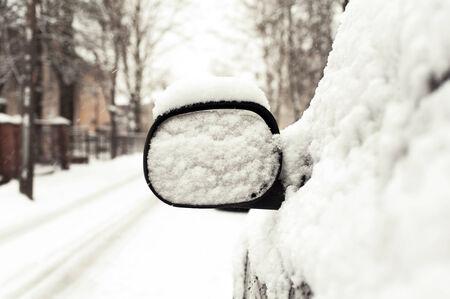 snow capped: Espejo de coche coronado de nieve