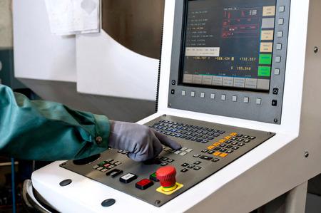 pult: Mano sul pannello di controllo di una macchina a controllo numerico programmabile. Fresatura industria. Tecnologia CNC.