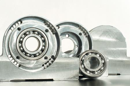 chrome base: Montato unit� cuscinetto a rulli tecnologia CNC. Fresatura tornio e l'industria di perforazione. Lavorazione dei metalli. Industria meccanica. Primo piano Ambientazione interna.