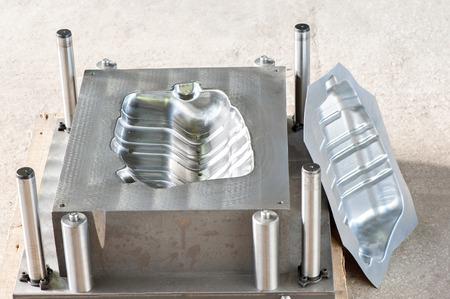 産業金属マトリックス型マフラーの鉄の金型空白を作る。旋盤切削とドリルの業界。機械工学、金属加工CNC の技術。 写真素材