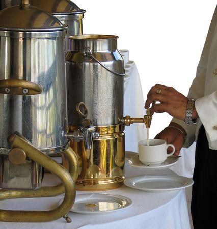 Versando il latte in una tazza di t� o di caff�