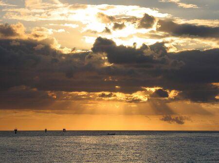 Avvicinandosi il tramonto sul mare. Effetto drammatico.